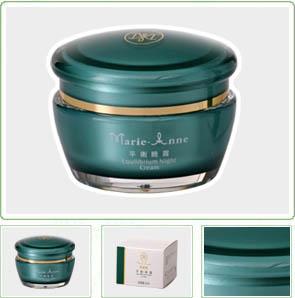 晚上洁肤、调肤后,取适量的平衡晚霜均匀抹于脸部,也适合油性皮肤在化妆前使用。