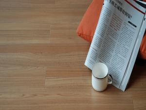 产品在生产工艺和功能上进行了不断的改良和优化,具有与实木地板