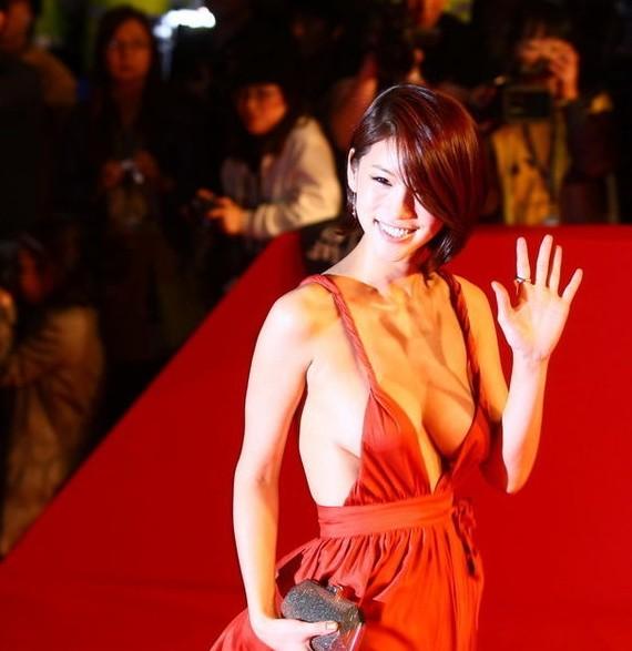 韩国女星在电影节上裸乳