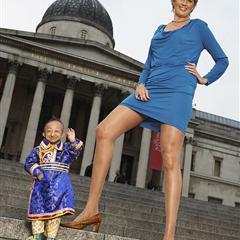 世界最矮小成年男和最长美腿的女人