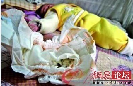 [转贴]震惊!婴儿纸尿片竟藏5片生锈刀片图