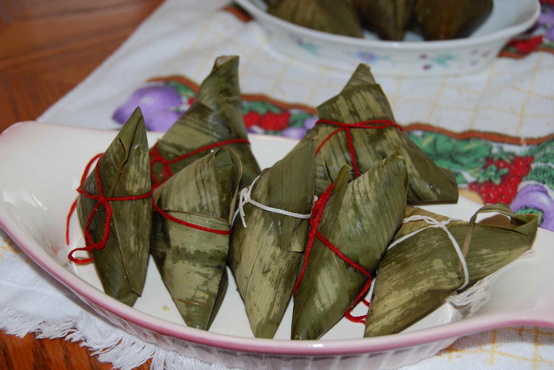 俺没文化,像端午节来龙去脉这样的话题,各位还是去看戴作家们的贴好了。想吃粽子的来看俺的贴吧。今年包了三种粽子,白,甜,咸,各包了一些。白粽子就是纯糯米,煮熟了蘸白糖吃,这是小时候年年吃的。甜粽子俺今年用的是红豆沙,偷懒了,买的北京的京日红豆馅。咸粽子俺从报纸上剪了一个方子,试了一试,味道很不错的: 1 将长糯米洗净用凉水侵泡4小时 2 红葱头切细,泡软香菇切丁,虾米洗净备用,五花肉切块备用 3 起油锅先将红葱头爆香,再放入虾米香菇猪肉,爆香放入蚝油备用 4 侵泡好的糯米用粽叶包起填馅料 5 放入滚水里煮