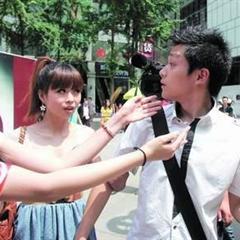 大三女生劝小伙捡烟头后当街献吻(组图)