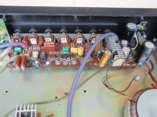 本人因换胆前级,把原来用的中联F-9300A发烧前级放大器忍痛当废品卖掉。此前级放大器已经过补品打摩,变压器已换成45W的环牛(声音放大部分为双25V),信号通路电容全部为进口高精度聚苯乙烯(MKP)电容或者MKT高精度金属膜电容,其他小容量电容为MKT电容或者MKP电容,信号放大运放为大名鼎鼎的美国AD827JN、大S NE5532N,电源取样运放为美国大S NE5532N,音量电位器为日本ALPS发烧电位器,电阻全部为飞利浦五色环金属膜电阻。本机5路信号选择输入均采用轻触开关、进口小体积继电器进行切换
