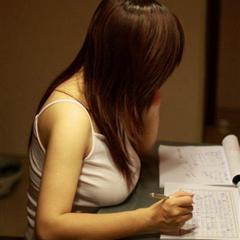 胸大的女孩是不是写字都放桌子上哦