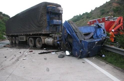 大货车追尾消防官兵紧急救援被困者
