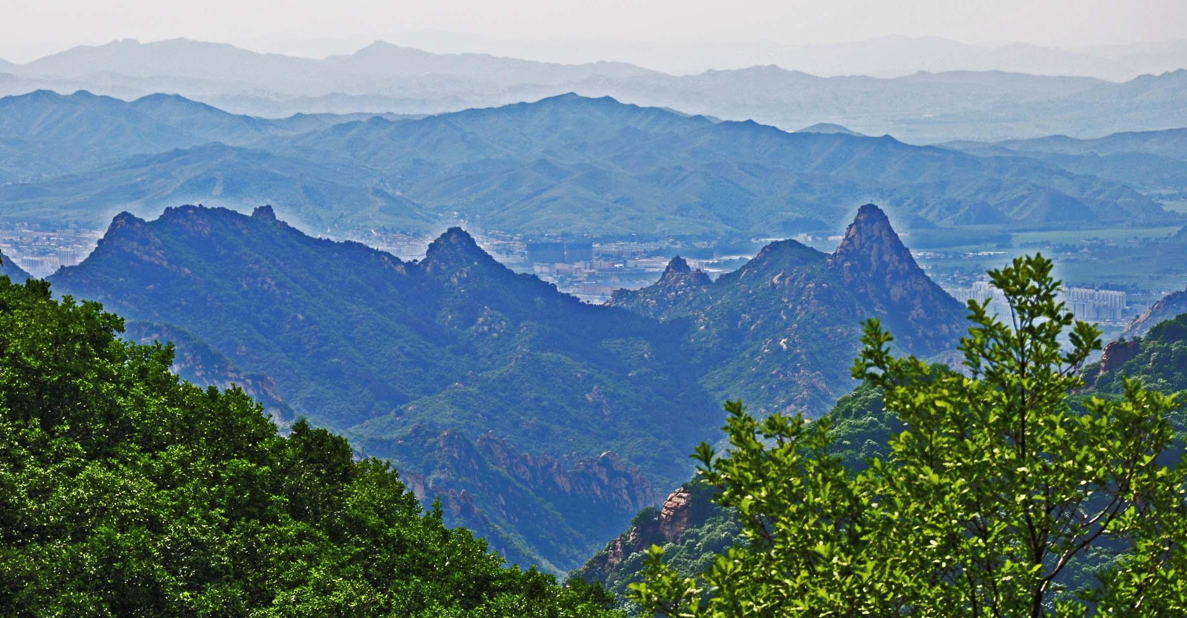 白狼山原名大黑山,位于建昌城东10公里,总面积93平方公里,主峰高1140.2米,它以绚丽多姿的风光和丰富的森林资源,吸引着众多的游人和一代又一代的建设者,人们赞美它的雄伟、秀丽、富饶,被誉为镶嵌在辽西大地上的一颗绿色明珠,更是继辽阳千山之后的又一省级天然森林资源保护区。 当年魏武帝置身铜雀台,曾命乐师编制了鼓吹曲辞,其中一曲《屠柳城》这样写道屠柳城,功诚难。越度陇塞,路漫漫。北逾冈平,但闻悲风正酸。蹋顿授首,遂登白狼山。神武幸恝海外,永无北顾患。这是历史上对白狼山的最早记载。 唐代著名边塞诗人高适亦曾