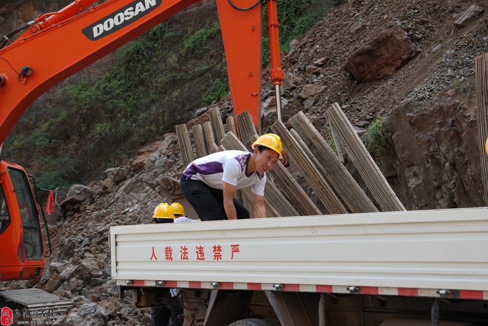 白鹤滩水电站施工队正在施工