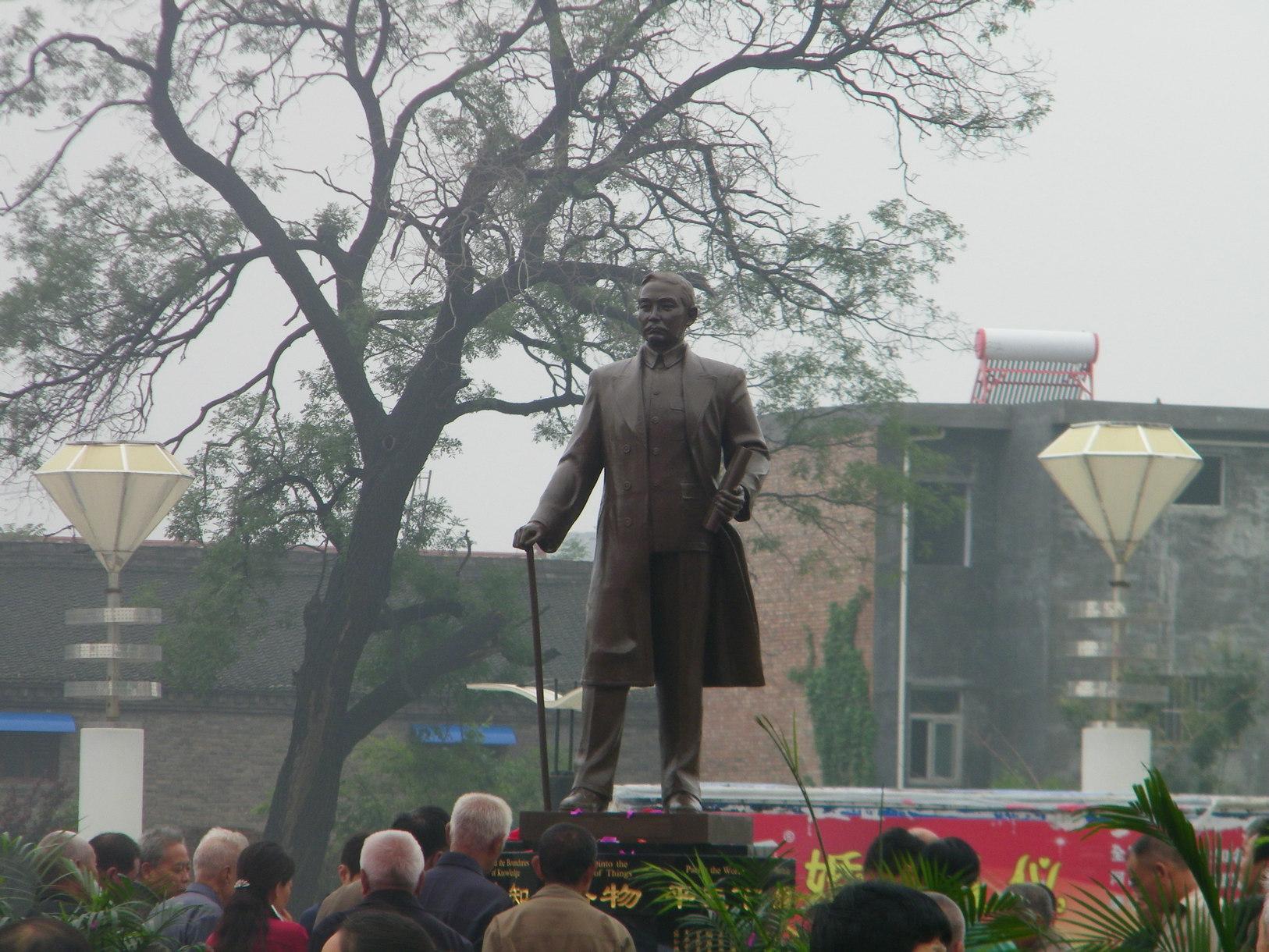 孙中山孙女孙穗芳捐赠的孙中山铜像在澳门葡京正网县揭幕