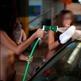 [转贴]洗车行雇佣裸体美女洗车(图).