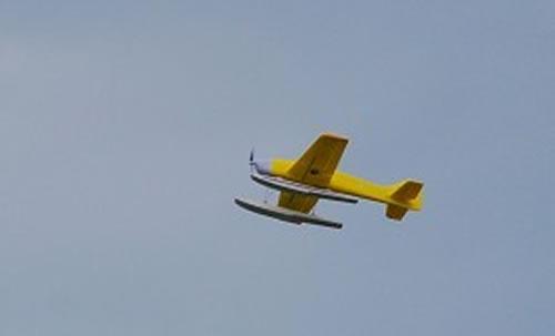 飞上天空的航模飞机
