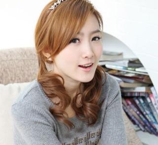 人气美女斜刘海修饰小脸型图片