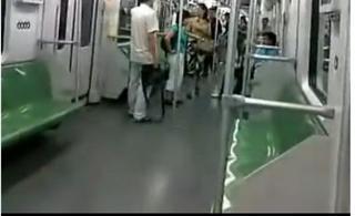 超搞笑的上海人地铁里打架,附有东北人解说(视频)