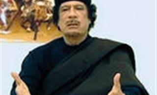 卡扎菲被捕最后画面,用手擦脸上的血
