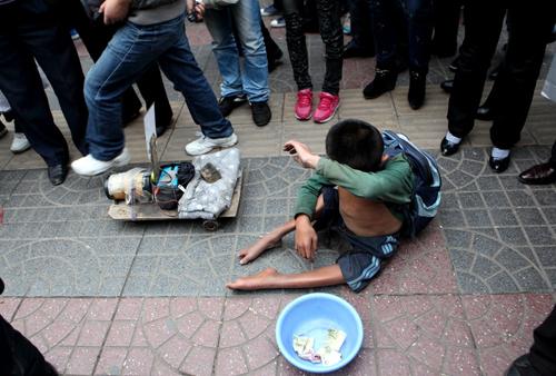 西安街头一男子抢劫乞讨儿童 被13岁少年当场擒获