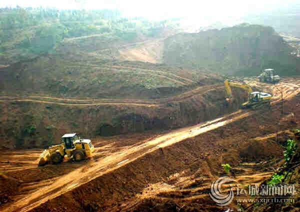 工程车在垣曲县垃圾处理厂废弃物填埋场工地紧张施工