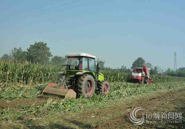 农机在郭家庄镇郭店村进行玉米秸秆还田作业
