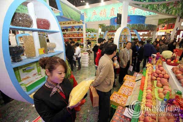 参观者在大发展区细看万荣泽鑫小杂粮科技合作社的产品