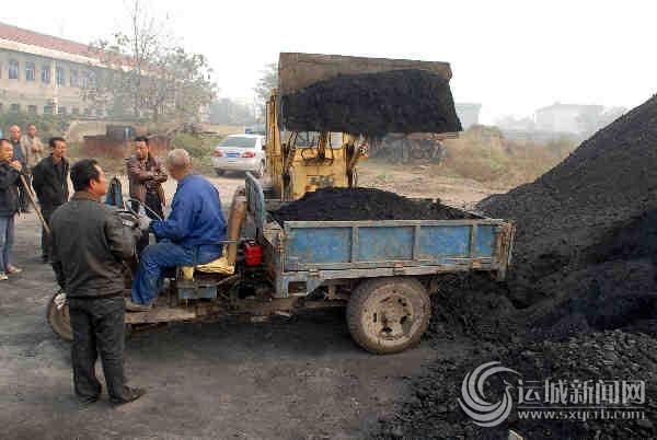 僧楼镇北方平村组织的车辆在装煤运往农户家中