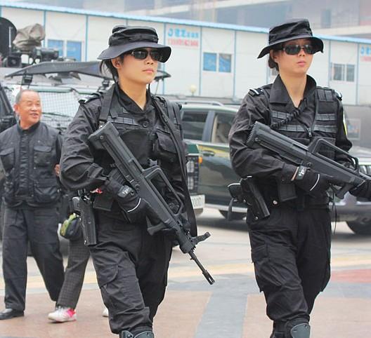 酷!成都女子特警持冲锋枪巡逻(图)
