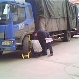 普定城管执法人员民政局门前强锁救灾物资车