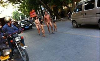 广东电白夫妇交不起幼儿住院费携二子裸体上街