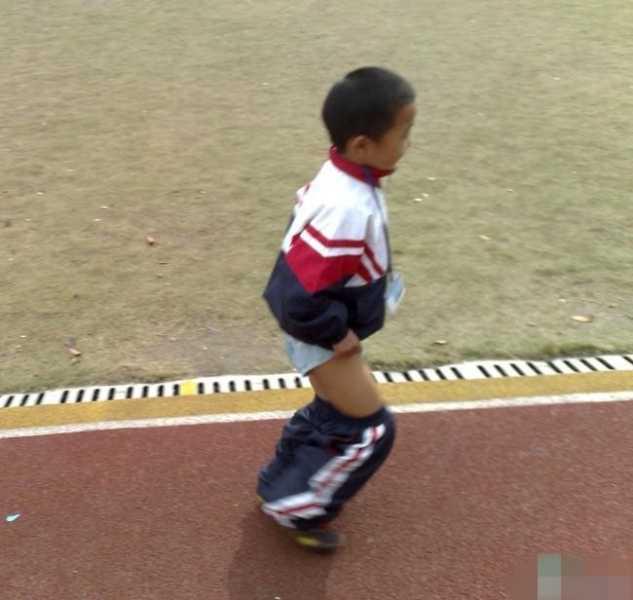"""[转贴]【真荒唐】小朋友因为上课讲空话,被老师体罚来操场""""脱裤子跑步"""