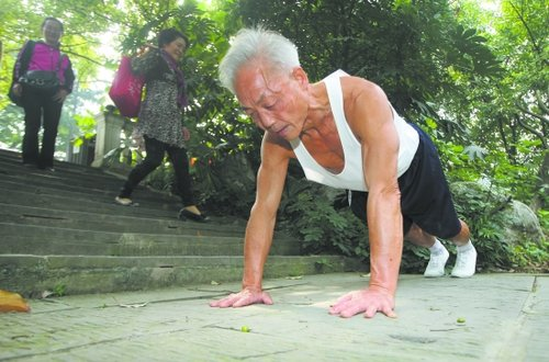 [注意]成都一67岁老大爷1小时可做1628个俯卧撑