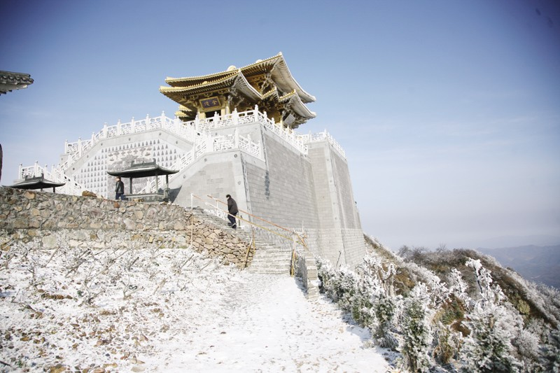 入冬后的首场雪降落大洪山风景区