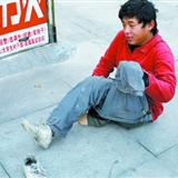 [转贴]男子装残疾人乞讨称很自由:工作给八千也不干[图]