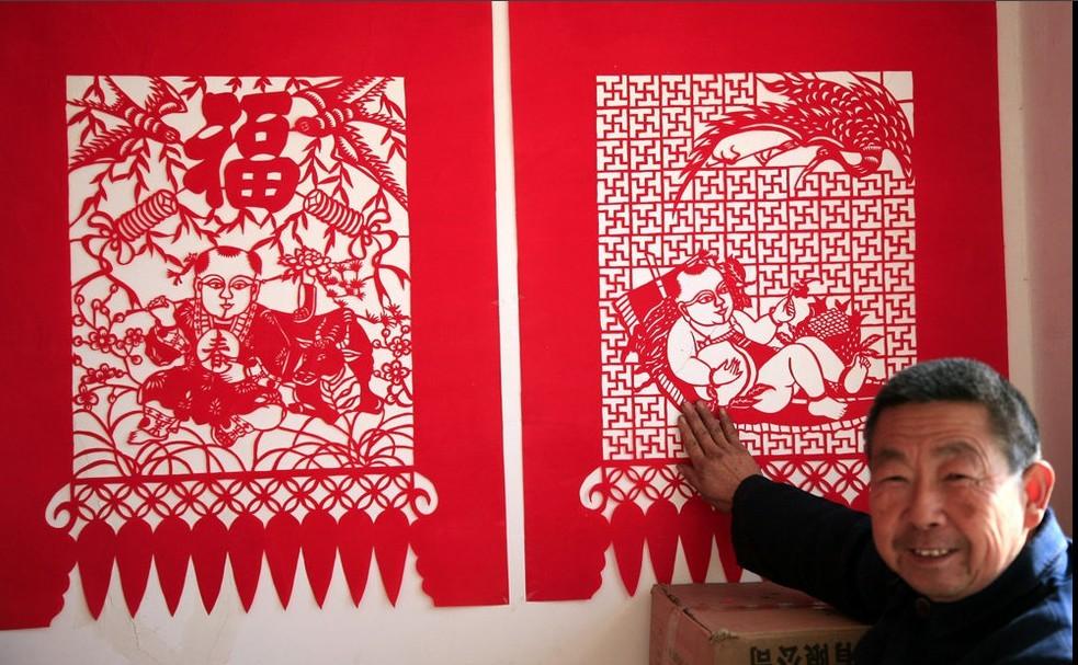 11月30日,刘士存(右)和老伴在雕刻窗花。雕纸是天津市宁河县丰台镇的传统民间工艺,与大多数剪纸艺术不同,它是一种以刻刀雕琢为制作手段的纸制品图案艺术。  刘士存展示自制的雕纸用的刀子。过去,当地家家户户从事雕纸手艺活,如今只有年过花甲的丰台镇北村农民刘士存老人继承了包括刷红纸、制版、雕刻在内的一套祖传雕纸手艺。  刘士存展示新创作的作品。前几年,每当春节临近,刘士存的纯手工吉祥喜庆雕纸工艺品便成了年货市场上的抢手货。