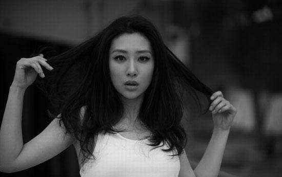 刘思彤最新黑白写真 眼神魅惑发丝飘扬