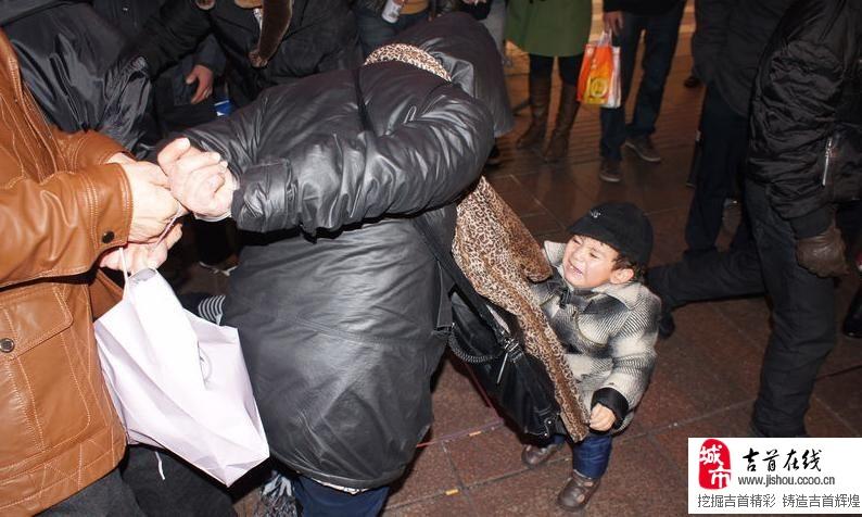 [原创]闹市两女贼现场被擒,孩子在后面哇哇大哭