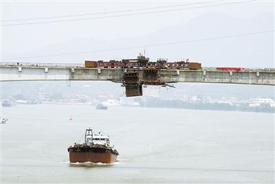 2009年3月25日,钢结构围堰内支撑框架吊装就位.