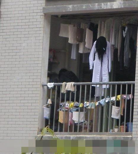 挂在卫校MM阳台的一幕,很给力,神马妖魔鬼怪都是浮云!