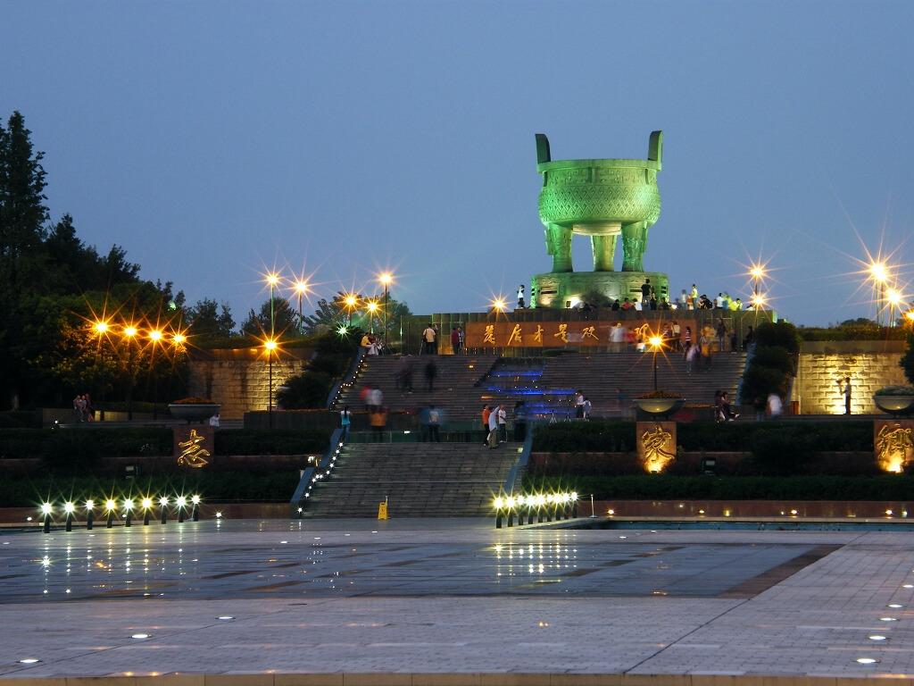 夜幕下的广安思源广场
