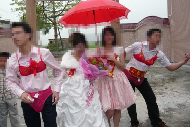 今日偶然发现,结婚居然有这么个穿法的,人才!极具创意!够大方!!