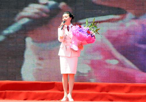 战旗歌舞团青年歌手张燕川演唱歌曲《党啊亲爱的妈妈》