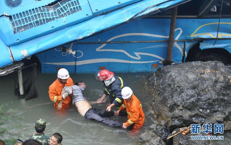[转贴]陕西安康发往重庆巫溪的大型客车坠崖落水多人遇难(有图)