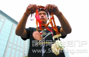 前世界体操冠军街头乞讨?????