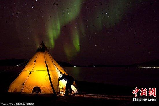 [推荐][原创]摄影师用相机追逐美丽北极光