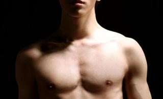 郭敬明自曝裸照�楹糜�c生秀胸肌腹部有疤