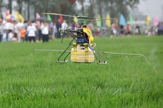 [转贴]无人驾驶直升飞机操控喷施农药 服务农业