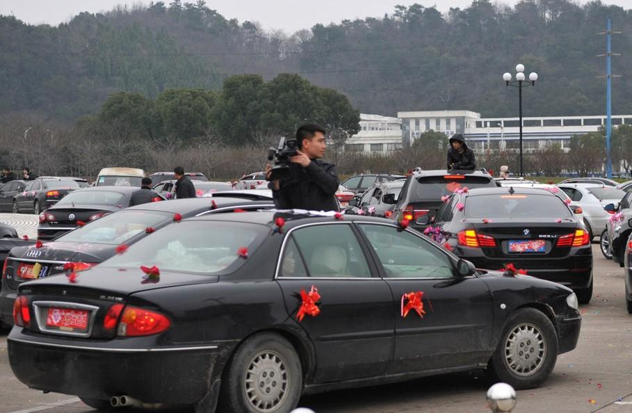 奇观:数百婚车台州市政府门前讨吉利(图)