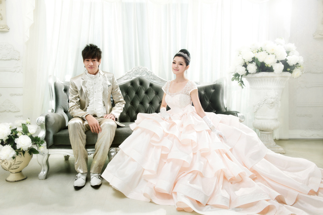 大S和何润东-拍摄浪漫的婚纱照,款款美丽的婚纱,各有千秋