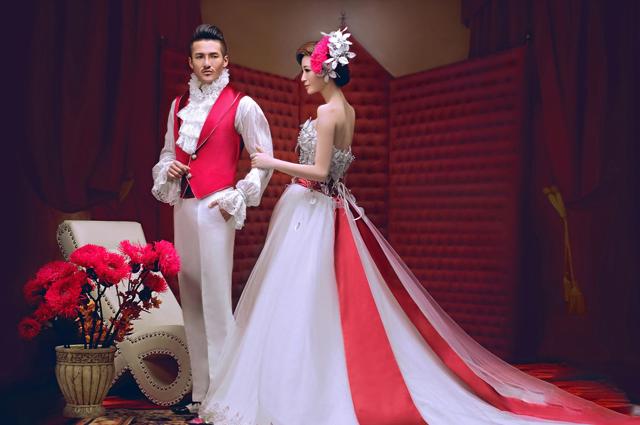 红幔经典-主人公贵气十足的服饰,一切都那么简洁,却烘托出皇室经典的