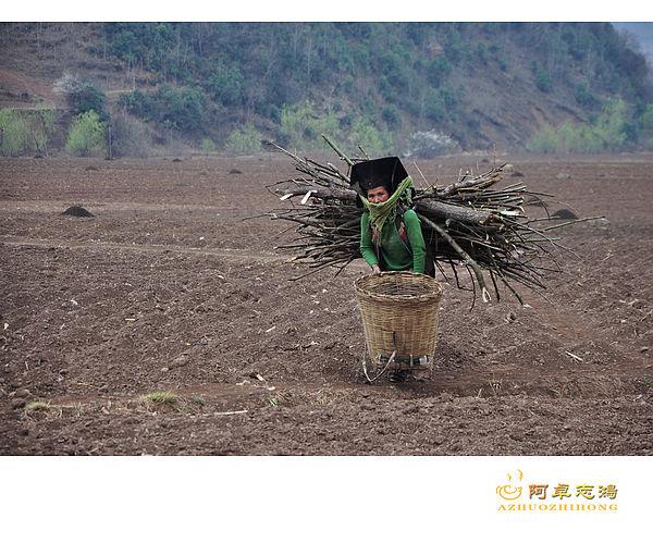 大凉山深处的彝族妇女们