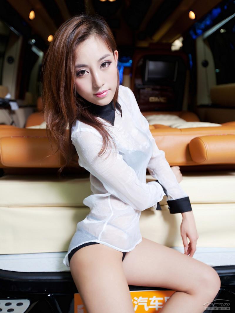 2012北京车展美女车模――奢华GMC让性感美女陶醉