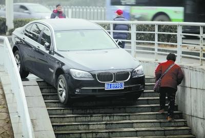 武汉现超牛宝马车上人行道过桥走台阶下桥