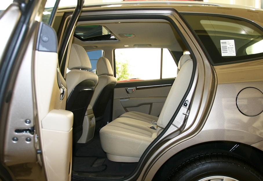 雪佛兰科迈罗 雪佛兰科迈罗资料 雪佛兰科迈罗介绍 雪佛兰CAMARO是雪佛兰推出的汽车系列。设计于1960年,共经历了五代。1966年9月26日发布的1967年款的Camaro是以雪佛兰Nova为原型而设计的。第二代1970Camaro在12年内一直投入量产。第三代汽车没有前副车架和钢板弹簧后悬挂系统的是1982年款汽车的引擎选择不是特别引人关注。而2007年1月6日开幕的2007年北美车展上则发布了第五代Camaro的敞篷版概念车。在2006年8月5日,通用公司宣布第五代Camaro2009年投入量